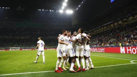 Los jugadores del Real Madrid celebran el tanto de Rodrygo