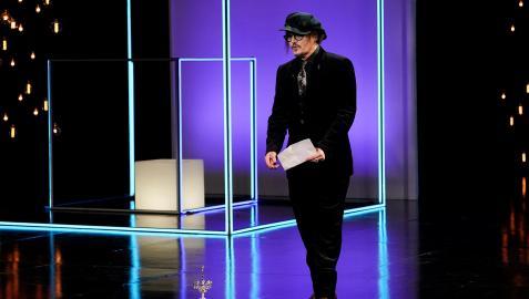 Johnny Depp dejó en el suelo el premio Donostia para dirigirse al público del Kursaal para agradecerlo