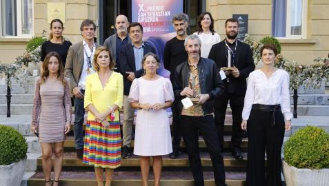 Participantes en la entrega del Premio Donostia Film Comission a 'Ilargi guztiak-Todas las lunas' de Igor Legarreta