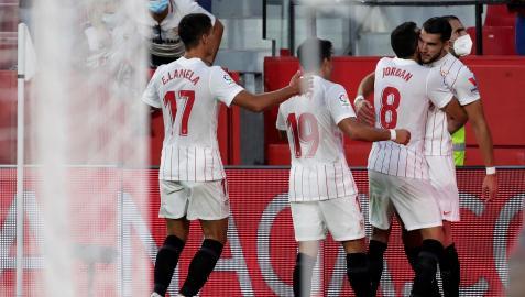 Los jugadores del Sevilla celebran el segundo tanto, obra de Rafa Mir, que cerraba el encuentro contra el Espanyol