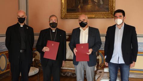 El ecónomo diocesano de la Archidiócesis, Carlos Esteban; el arzobispo de Pamplona y Tudela, Francisco Pérez; el vicepresidente Aierdi; y el director general de Vivienda, Eneko Larrarte, tras firmar el convenio