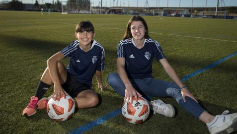 Maitane Vilariño, de 19 años, y Saioa Larumbe, de 18, ayer por la tarde en los anexos de Tajonar. Las dos rojillas han marcado ya un gol en este inicio de temporada