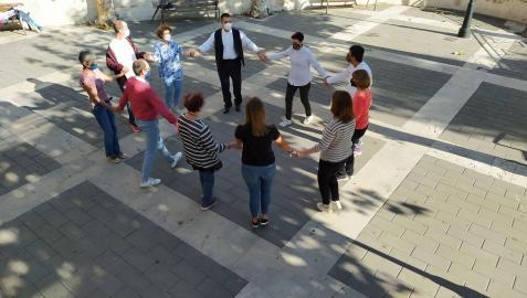 El taller se celebró en el claustro del convento de los capuchinos. Al final, los participantes bailaron la 'Jota Vieja' en el Prau acompañados al txistu por Luis Mª Vital y Ricardo Madinabeitia