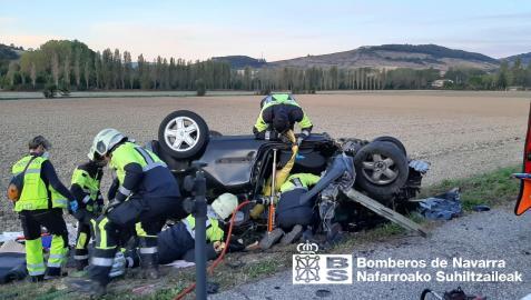 Los bomberos han tenido que rescatar a los conductores de los dos turismos en el accidente ocurrido en Urroz-Villa