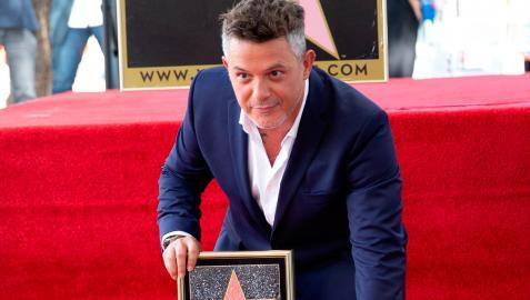 Alejandro Sanz posa junto a su estrella del Paseo de la Fama de Hollywood