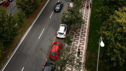 Así luce la avenida de Barañáin, en la que se avanzará la línea de aparcamientos para introducir el nuevo vial ciclista; una transformación que eliminará un carril en calzada y calmará el tráfico.