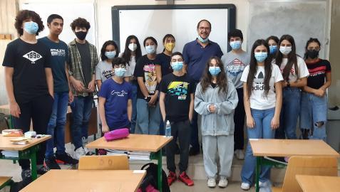 Miguel Medarde posa con sus alumnos del colegio Sagesse High School de Beirut