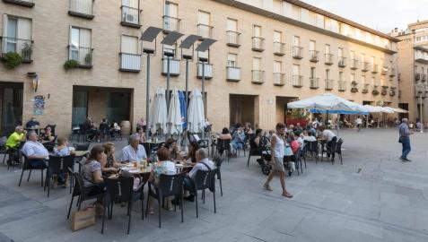 La gente disfruta tomando algo en las terrazas de la plaza de la Judería en Tudela