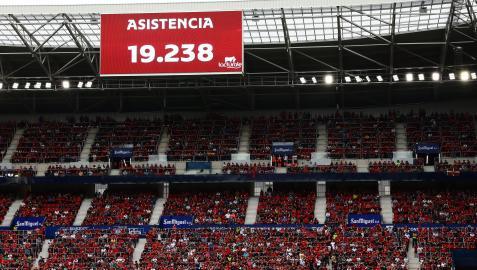 Imagen del fondo sur de El Sadar en el Osasuna-Rayo Vallecano mientras se proyecta el dato de asistencia en el marcador