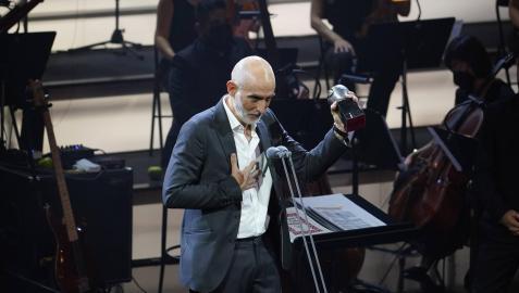 Alfredo Sanzol agradece uno de los premios Max que salió a recoger en la gala de Bilbao