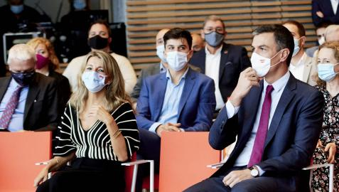 Yolanda Díaz, vicepresidenta segunda del Gobierno y ministra de Trabajo, y el presidente Pedro Sánchez, en un acto en Cantabria el pasado mes de septiembre