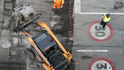 Trabajos de asfaltado en una calle de Pamplona