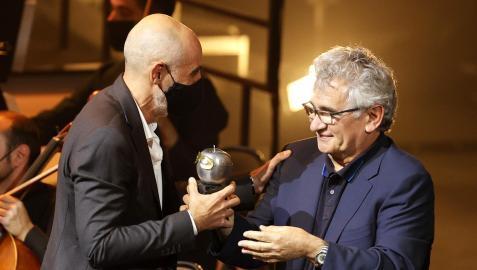 Alfredo Sanzol recoge el Max al mejor espectáculo teatral de manos del escritor Bernardo Atxaga