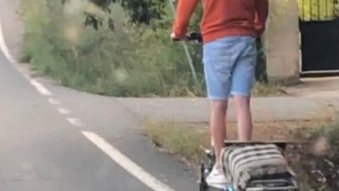 El conductor del patinete denunciado por conducir por el arcén de la N-232, sin casco y arrastrando un carro de la compra