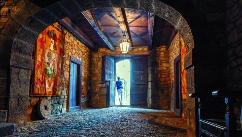 La entrada luce un empedrado típico de las casas del Pirineo y dos tapices con escudos familiares