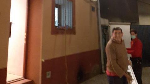 La ventana del primer piso, por la que salió Juan José, y la escalera.