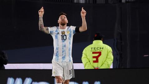 Leo Messi celebra su tanto en el choque contra Uruguay