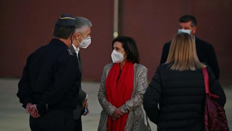 Margarita Robles y Fernando Grande-Marlaska, en la base aérea de Torrejón para recibir al avión con refugiados afganos