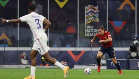 César Azpilicueta conduce el balón en la final ante Francia