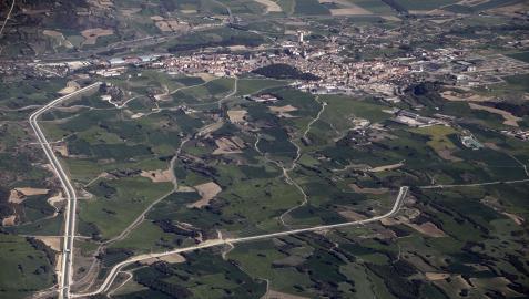 Imagen aérea del Canal de Navarra a su paso por Tafalla. La obra está a la espera de ayuda europea