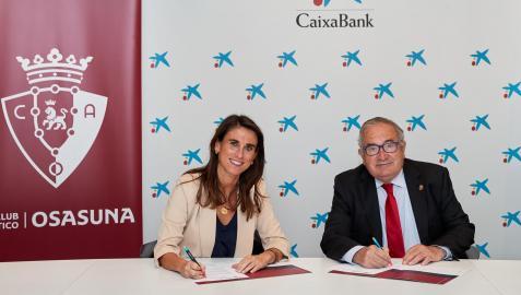 Isabel Moreno y Luis Sabalza durante la firma del acuerdo de patrocinio de CaixaBank a Osasuna