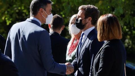 El presidente del Gobierno, Pedro Sánchez (i), saluda al líder del PP, Pablo Casado (d), este jueves
