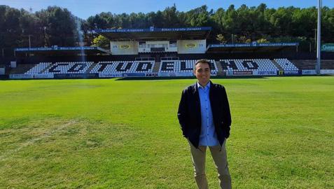 Carlos Pérz Salvachúa, este jueves sobre el césped del estadio Elola de Tudela