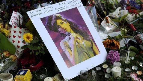 Cientos de fans han sentido la muerte de la cantante británica Amy Winehouse y le han llevado flores a la puerta de su casa de Londres, donde falleció el sábado 23 de julio.