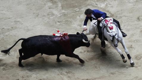 Hermoso de Mendoza corta tres orejas en la segunda de feria en Medellín