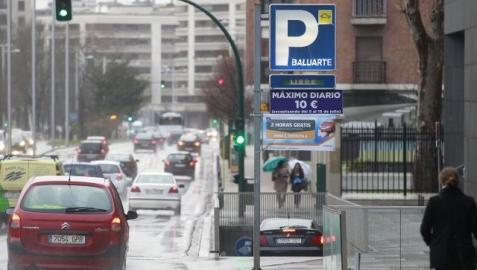 Entrada al aparcamiento de Baluarte, en la avenida del Ejército, con varios carteles de ofertas y promociones del parking. EDUARDO BUXENS