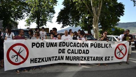 Durante la tarde de este martes, decenas de personas han protestado contra los recortes efectuados por el Gobierno de Navarra en el sector de la educación recorriendo varias calles de Pamplona.