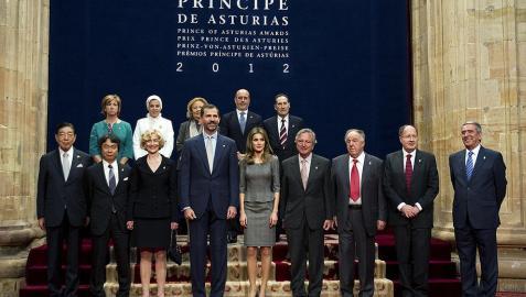 Galardonados reciben las insignias de manos del príncipe de Asturias