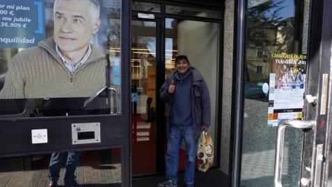 Un mendigo devuelve una cartera con 200 euros que encontró en un banco