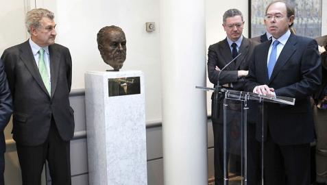 Fraga cuenta ya con un busto en los pasillos del Senado