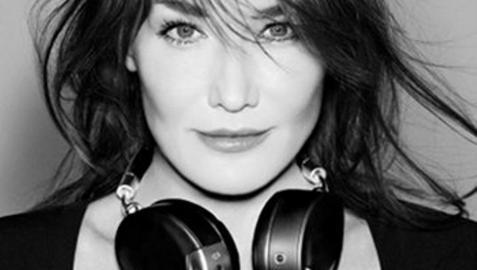 Carla Bruni, modelo en un anuncio de auriculares