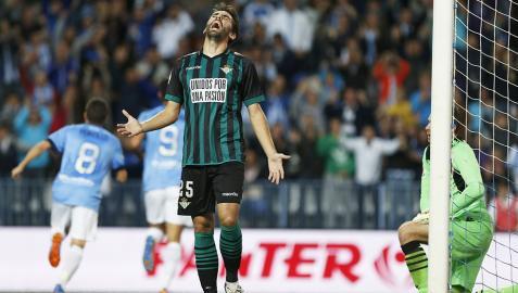 El Málaga gana al Betis el duelo de necesitados (3-2)