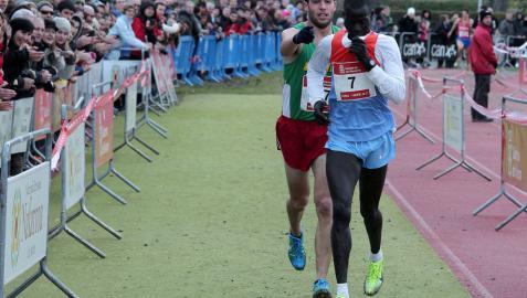 Iván Fernández avisa a Mutai del lugar de la meta en 2012