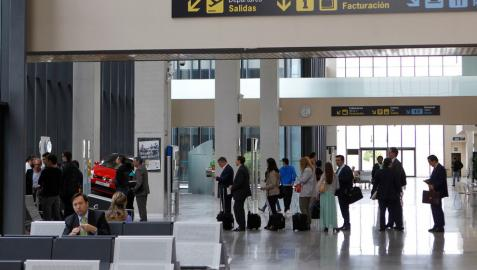 Viajeros en el aeropuerto de Pamplona este verano.