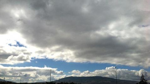 Suben las mínimas en un sábado nuboso y con lluvias, especialmente, en la tarde