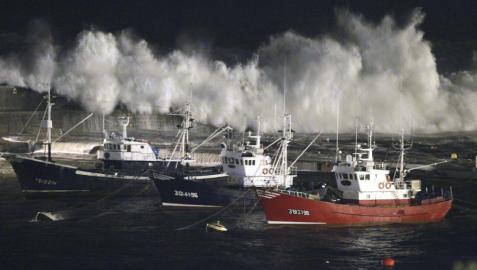 El fuerte oleaje que afecta a la costa de Euskadi desde esta madrugada ha obligado a cerrar varios puentes y ha provocado algunos desbordamientos en municipios costeros que han afectado a algunos locales, sin que haya provocado por ahora daños personales.