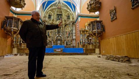 El párroco Ángel Mauleón, sobre el suelo primitivo que se ha destapado.