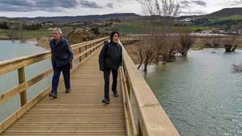 La pasarela que une orilla e isla en Alloz, montada sobre el pantano