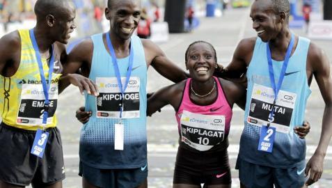 Kiplagat bate el récord mundial de medio maratón en Barcelona
