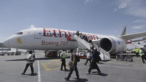 Evacuación de los pasajeros del avión de Ethiopian Airlines secuestrado este lunes en el aeropuerto de Ginebra (Suiza).