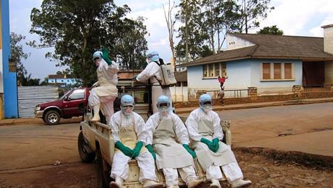 Voluntarios combaten el ébola en la epidemia de Angola en 2005