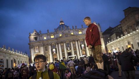 Cientos de miles de fieles llenan la plaza de San Pedro en el Vaticano