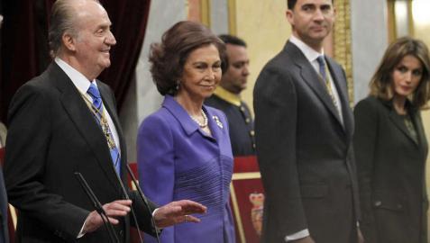 El rey Juan Carlos pide a los diputados y senadores que paren el aplauso con el que recibieron a la familia real a su llegada al Congreso para la apertura solemne de la X legislatura.
