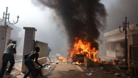 Miles de manifestantes incendian el Parlamento de Burkina Faso