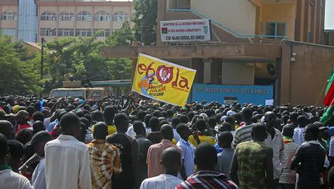 El coronel Yacouba Isaac Zida dice que asume el poder en Burkina Faso