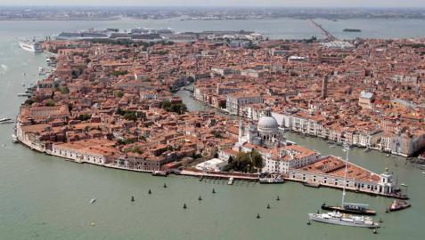 Venecia veta las maletas rodantes a los turistas